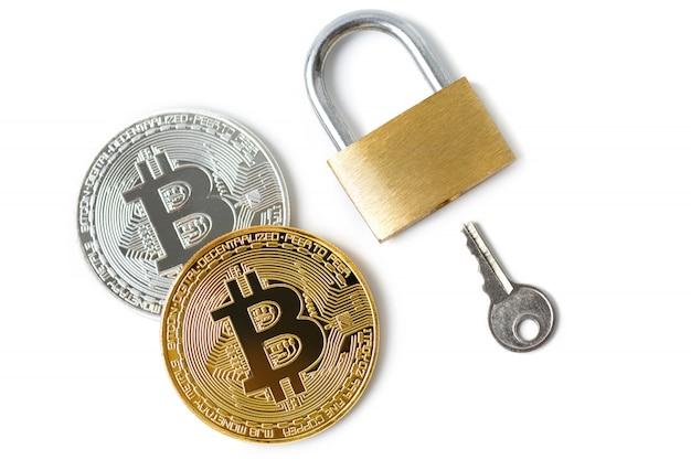 Bitcoin-münzen und vorhängeschloss auf weiß