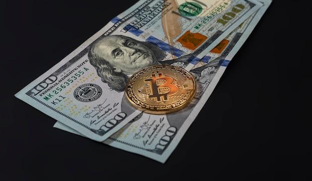 Bitcoin- oder btc-goldmünze mit zeichen der kryptowährung und us-dollar-banknoten