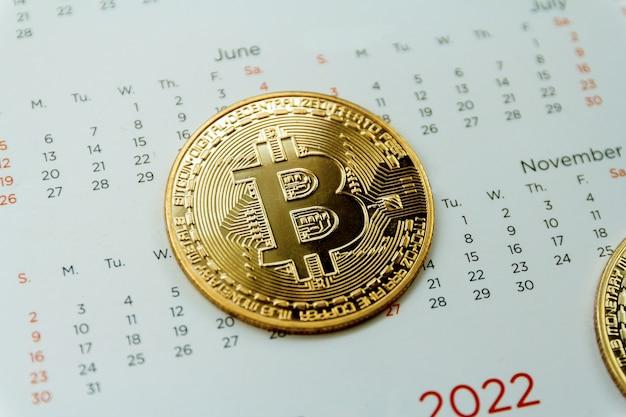 Bitcoin steht im kalender, kryptowährungs-handelstechnologiekonzept.
