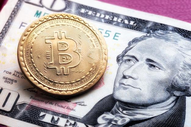 Bitcoin-symbol auf zehn dollar hintergrund. kryptowährungs-technologien-konzept.