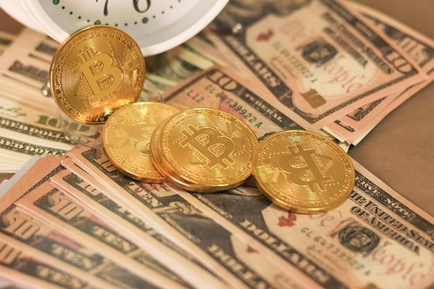 Bitcoin und dollar auf dem bett