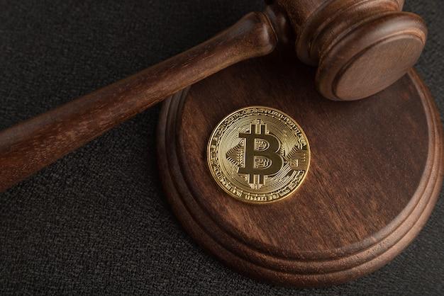 Bitcoin und richterhammer. kryptowährungsgesetzgebung. nahansicht. gesetzesverstoß.