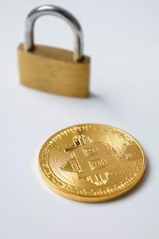 Bitcoin und vorhängeschloss auf weiß
