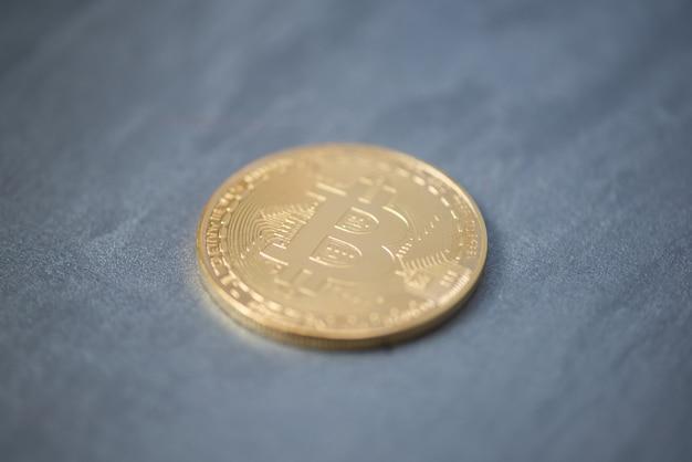 Bitcoin verputzte oberfläche, verschwommene schärfe. elektronisches geld