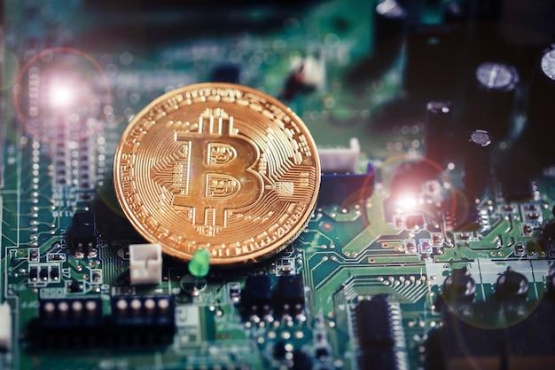 Bitcoin-währung auf hintergrund des elektronischen brettes