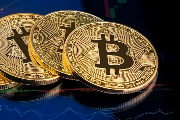 Bitcoins auf cryptocurrency-investitionsdiagramm im hintergrund.