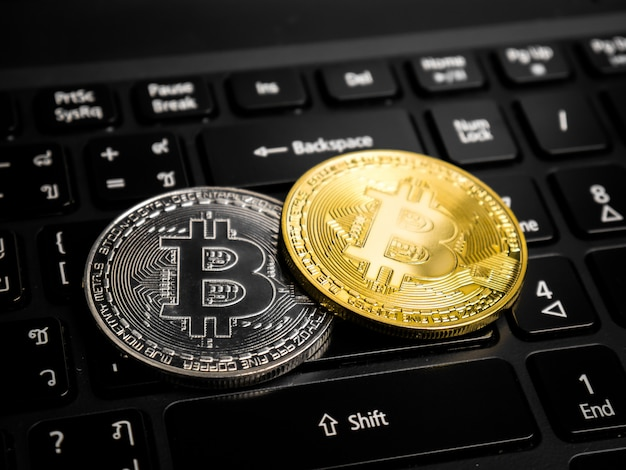 Bitcoins auf der schwarzen tastatur.