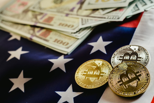 Bitcoins und amerikanische dollarscheine mit us-flaggenhintergrund, kopienraum.