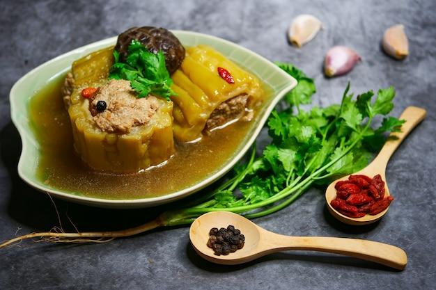 Bittere kürbissuppe mit gehacktem schweinefleisch und shiitakepilz