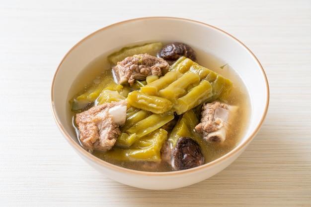 Bitterer kürbis mit schweinerippchen-rippensuppe, asiatische essensart
