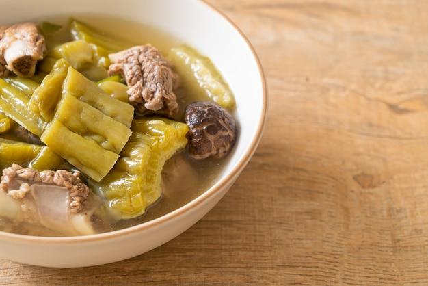 Bitterer kürbis mit schweinerippchen-rippensuppe - asiatischer essensstil