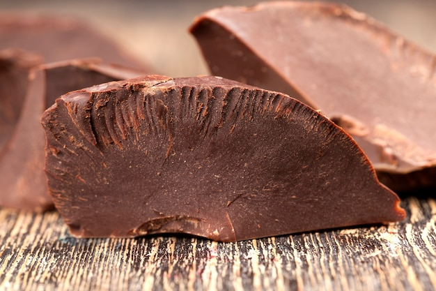 Bitterschokolade in stücke gebrochen, große bitterschokoladenstücke mit kakao und butter, in stücke geteilt ein stück schokolade aus kakao