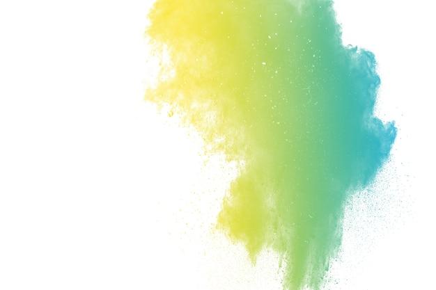 Bizarre form der farbpulverexplosion auf weißem hintergrund.