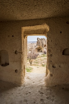 Bizarre klippen im göreme-tal in kappadokien-türkei von höhlentür