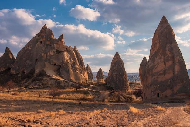 Bizarre klippen in kappadokien göreme, türkei im frühjahr