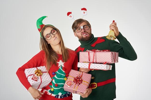 Bizarres paar mit weihnachtsgeschenken