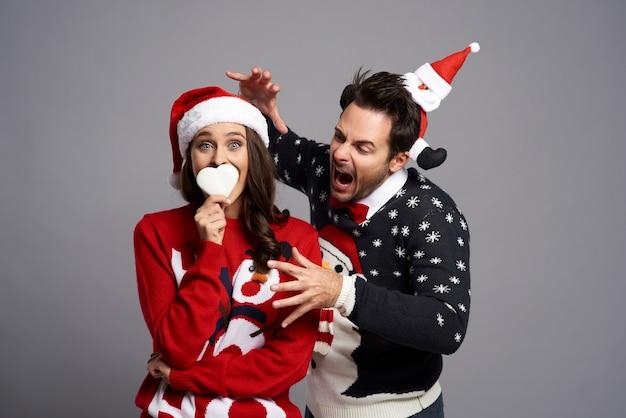 Bizarres paar mit weihnachtsplätzchen
