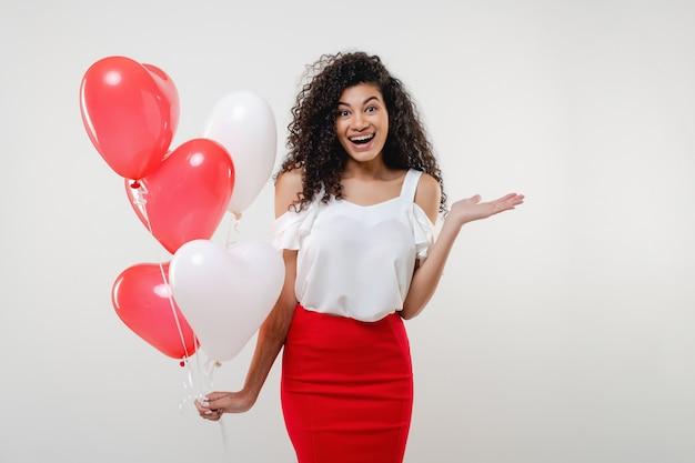 Bkack-frau mit dem bunten roten herzen formte die lokalisierten ballone