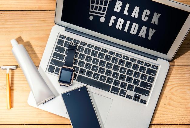 Black friday-anzeige auf dem laptopbildschirm auf dem schreibtisch