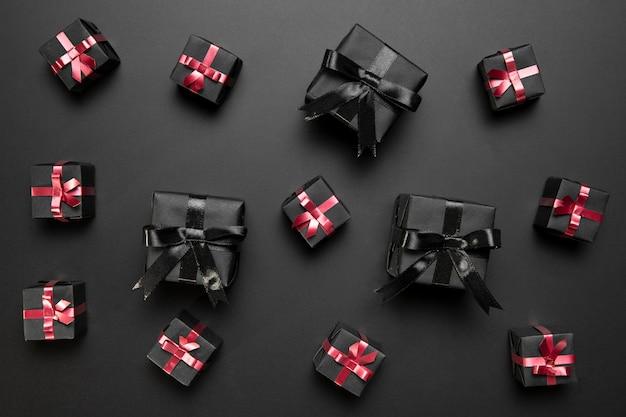 Black friday arrangement mit schwarzen geschenken