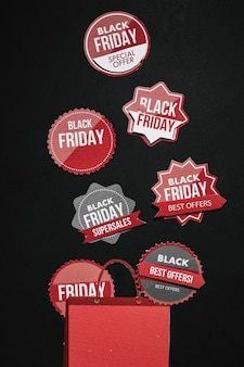 Black friday aufkleber und rote papiertüte