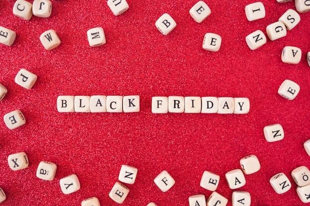 Black friday-aufschrift auf kleinen würfeln auf tabelle