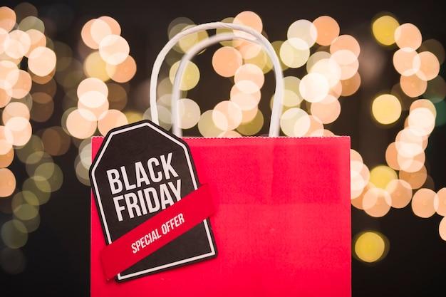 Black friday-aufschrift auf roter papiereinkaufstasche