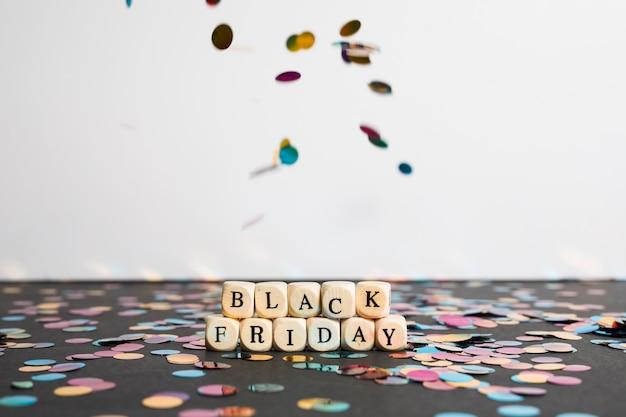 Black friday-aufschrift auf würfeln auf dunkler tabelle