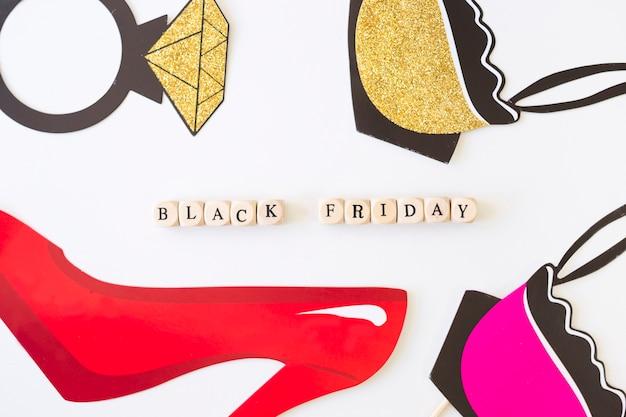 Black friday-aufschrift auf würfeln mit rotem papierschuh