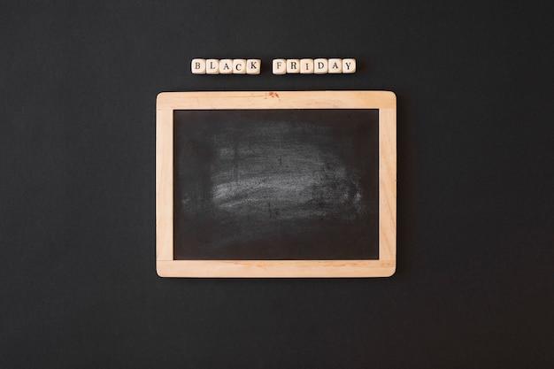 Black friday-aufschrift auf würfeln mit tafel