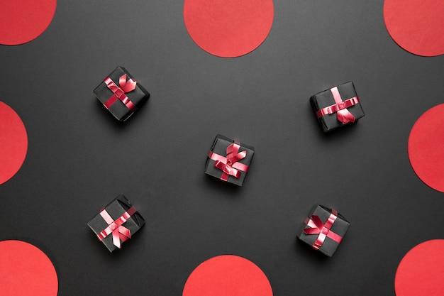 Black friday geschenke anordnung auf schwarzem hintergrund