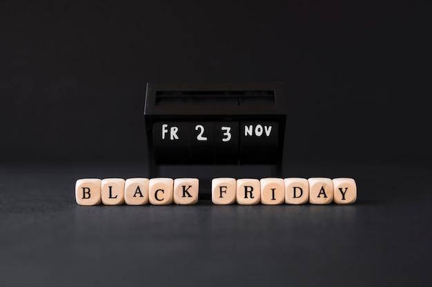 Black friday-inschrift auf weißen würfeln
