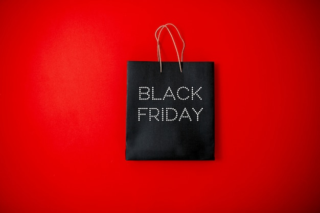 Black friday sale flach legen, black friday bag auf der roten oberfläche,