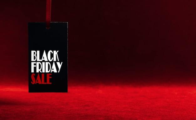 Black friday sale label auf dunkelrotem hintergrund