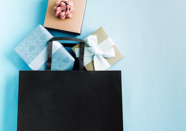 Black friday sale, schwarze einkaufstasche mit geschenkbox zum online-shopping