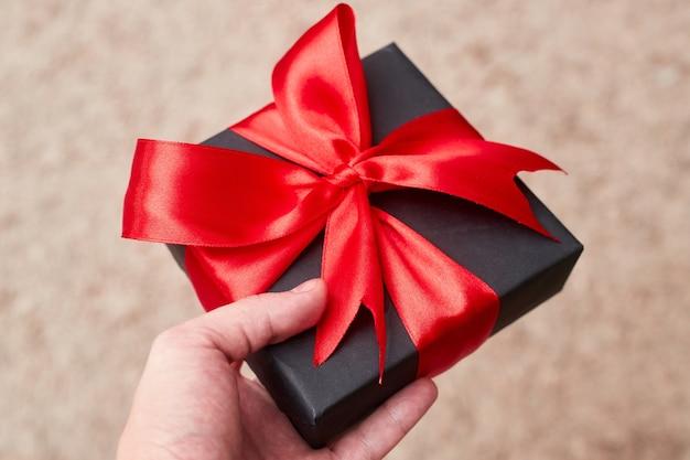 Black friday sale wohnung lag mit geschenkbox und band