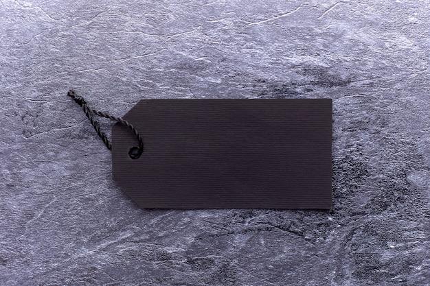 Black friday-text auf einem schwarzen tag auf schwarzem papier
