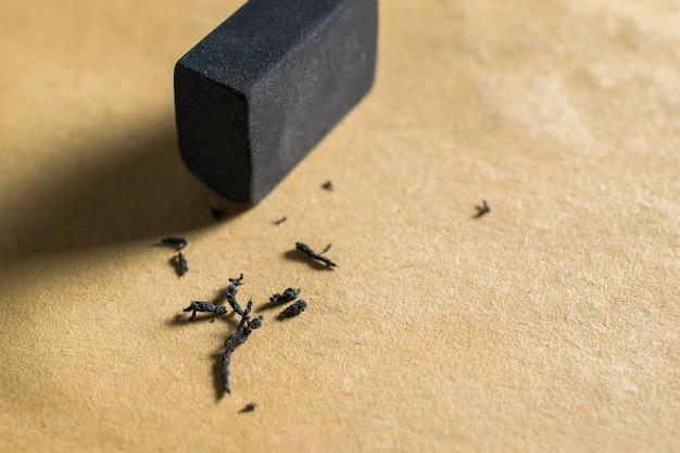 Black rubber eraser4b, radiergummi, der einen geschriebenen fehler auf einem blatt papier entfernt, löscht, korrigiert und den fehler behebt