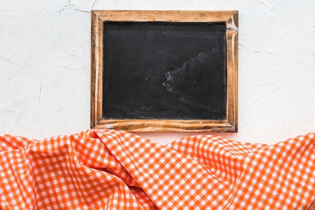 Blackboard in der nähe von kariertem stoff