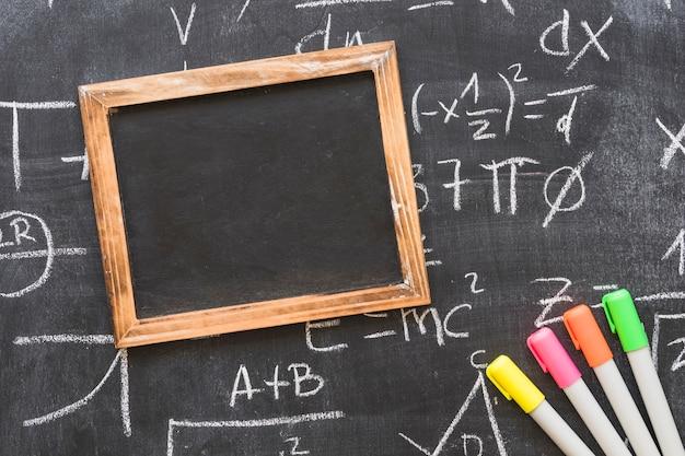Blackboard mit leeren rahmen und markierungen