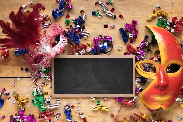 Blackboard und masken auf konfetti