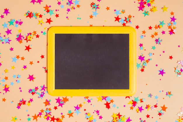 Blackboard und sterne konfetti