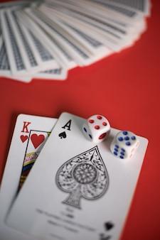 Blackjack karten auf rotem tisch