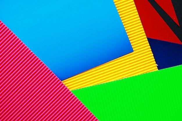 Blätter aus farbigem papier schillernde palette von farbigen papierregenbogenfarben