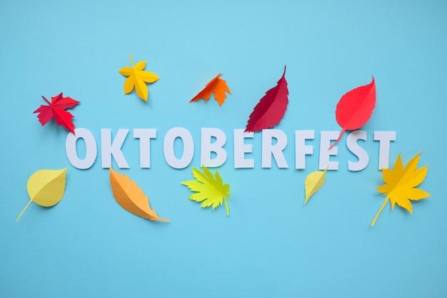 Blätter des papiers fallen roter, orange, gelber blattfall. oktoberfest-konzept