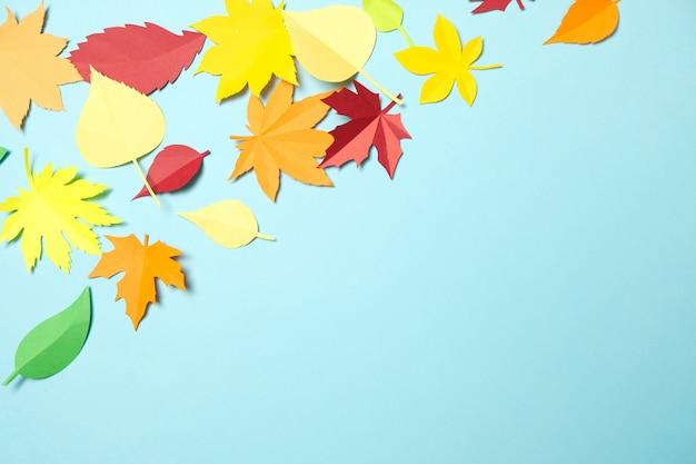 Blätter des papiers fallen roter, orange, gelber blattfall.