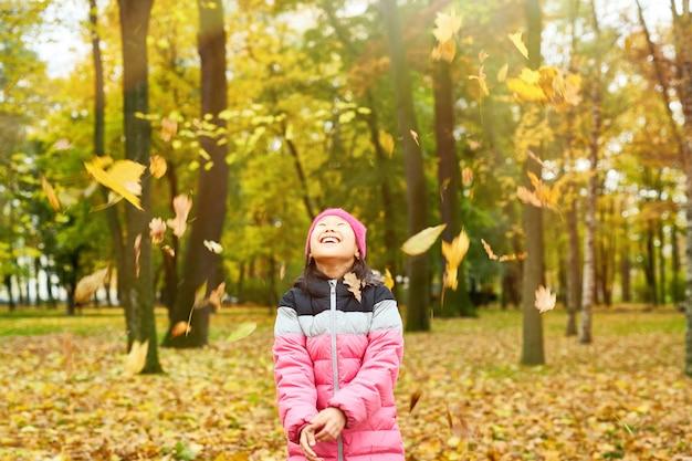 Blätter fallen im herbst