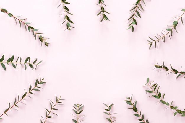 Blätter gestalten auf rosa hintergrund, ebenenlage, draufsicht