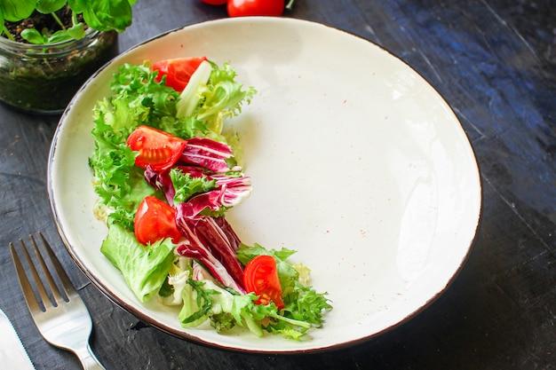 Blätter mischen salat mischen mikrogrün, gurke, tomate, zwiebel, andere