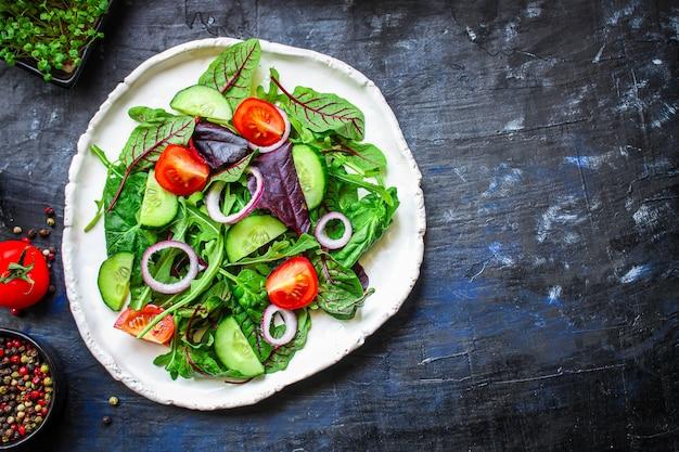 Blätter mischen salatgemüse und tomaten